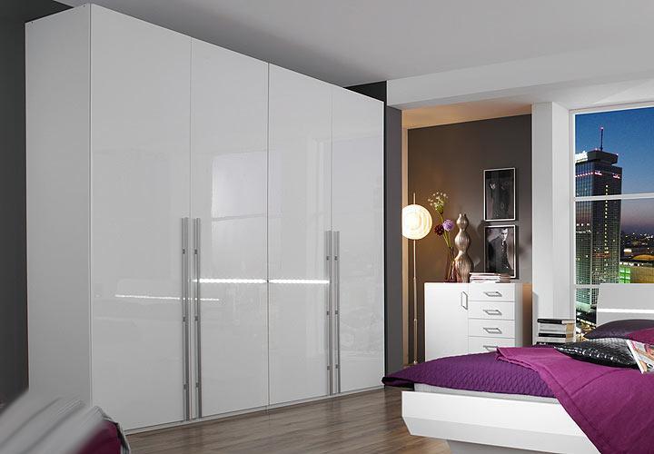 schlafzimmer tira i in wei hochglanz mit beleuchtung. Black Bedroom Furniture Sets. Home Design Ideas