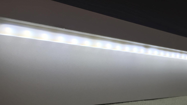 Wohnwand WAVE Weiß Hochglanz und Eiche grau inkl. LED