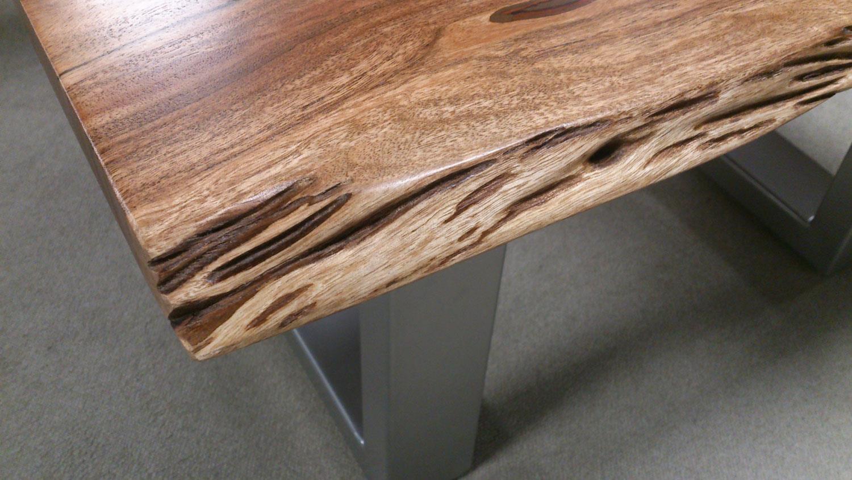 Couchtisch AGRA Massivholz 80×80 cm Akazie Baumkante