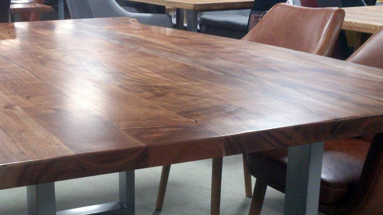 esstisch aus akazie massivholz tisch mit baumkante 220x100. Black Bedroom Furniture Sets. Home Design Ideas