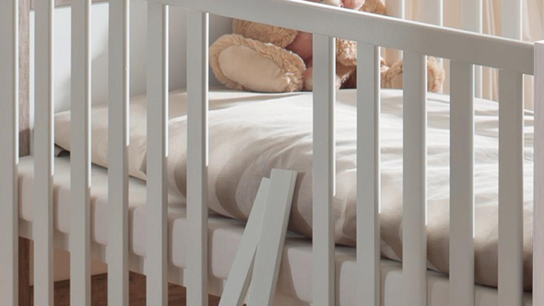 babybett bella gitterbett 140x70 cm in wei matt mit schlupfsprossen. Black Bedroom Furniture Sets. Home Design Ideas