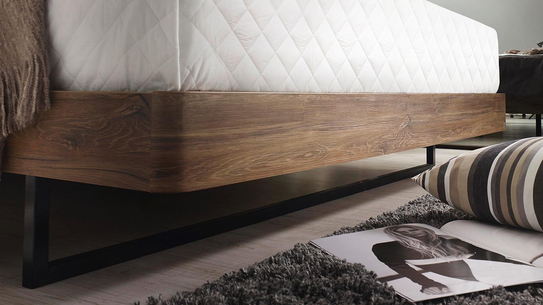 Bett davia futonbett eiche stirling schwarz polster 180x200 for Bett schwarz 180x200