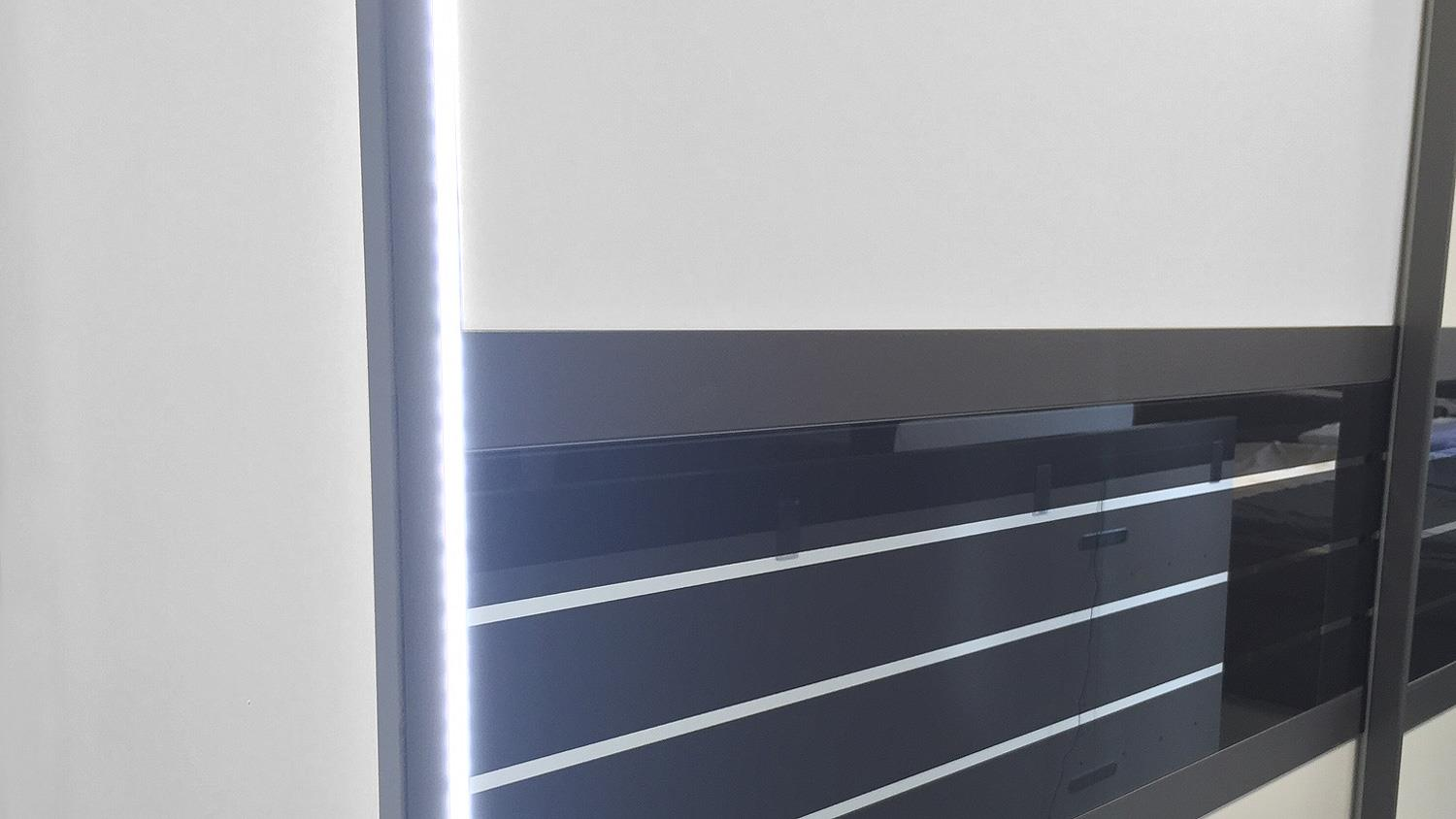 schwebet renschrank coleen wei basaltglas mit led 270 cm. Black Bedroom Furniture Sets. Home Design Ideas