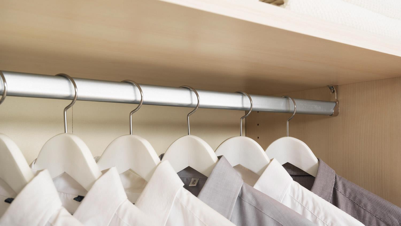 Schlafzimmer KLEIDERSCHRANKWUNDER in weiß schwarz Hochglanz Wellemöbel
