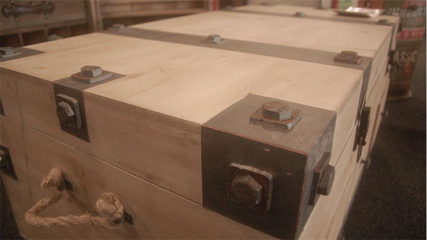 Truhe Antiklook Tannenholz Vintage Couchtisch auf Rollen