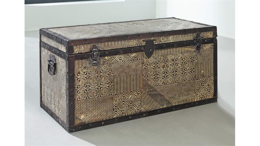 Truhe GOA von Wolf Möbel mit Metallapplikationen